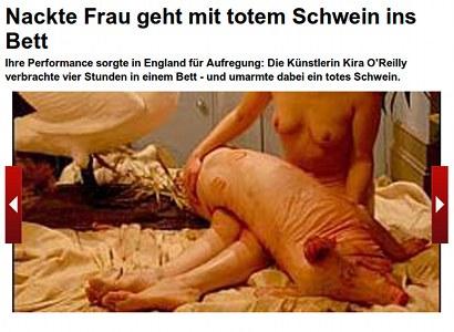 Nackte Frau geht mit totem Schwein ins Bett. Ihre Performance sorgte in England für Aufregung...