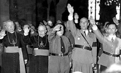 Bischöfe erheben die rechte Hand zum Deutschen Gruß