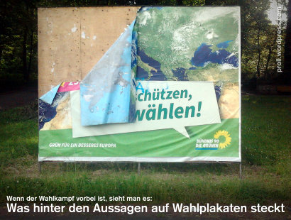Ein halb abgerissenes Wahlplakat von Bündnis 90/Die Grünen zum Thema Klimaschutz, die Wand aus beliebig beklebbaren Sperrholz ist sichtbar geworden -- Wenn der Wahlkampf vorbei ist, sieht man es: Was hinter den Aussagen auf Wahlplakaten steckt