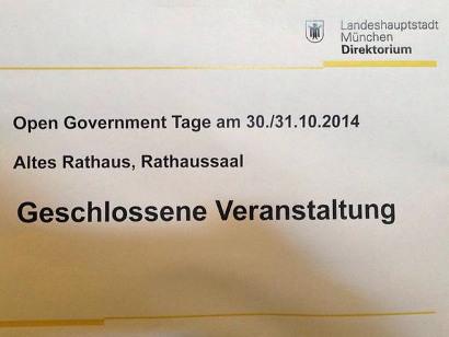 Foto eines Aushangs im Münchner Rathaus mit dem Text: Landeshauptstadt München, Direktorium -- Open Government Tage am 30./31.10.2014 -- Altes Rathaus, Rathaussaal -- Geschlossene Veranstaltung