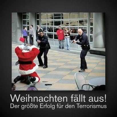 Foto eines Weihnachtsmannes auf Knien, der von zwei Polizisten mit gezogener Handfeuerwaffe festgenommen wird -- Weihnachten fällt aus! Der größte Erfolg für den Terrorismus