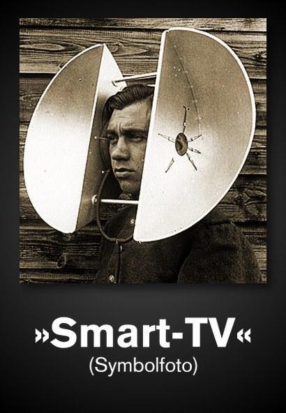 Foto eines Mannes mit einer absurd großen Hörhilfe in Form zweier metallischer Ohrmuscheln, die großer als sein Kopf sind. Dazu der Text: »Smart-TV (Symbolfoto)
