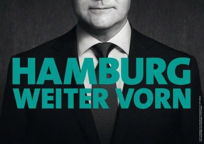 Wahlplakat der Hamburger SPD, von Spitzenkandidat Olaf Scholz ist alles oberhalb der Nasenlöcher abgeschnitten, darunter der Spruch 'Hamburg weiter vorn'