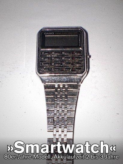 Eine Quarzuhr mit Taschenrechnerfunktion aus den achtziger Jahren. Dazu der Text: 'Smartwatch -- 80er-Jahre-Modell, Akkulaufzeit 2 bis 3 Jahre