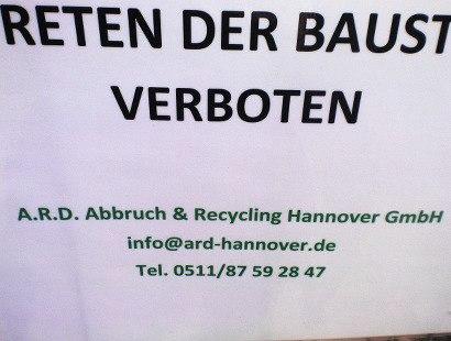 Schild an einem Bauzaun -- Betreten der Baustelle verboten -- A.R.D Abbruch & Recycling Hannover GmbH