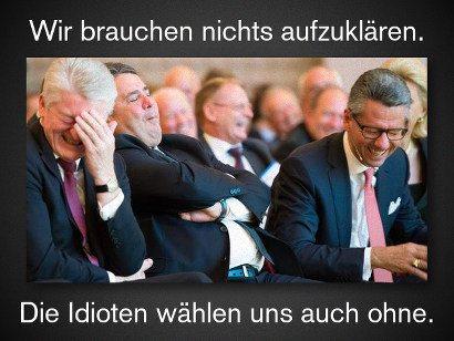 Foto von amüsierten, lachenden Spitzenpolitikern der gegenwärtigen Regierung: Wir brauchen nichts aufzuklären. Die Idioten wählen uns auch ohne.