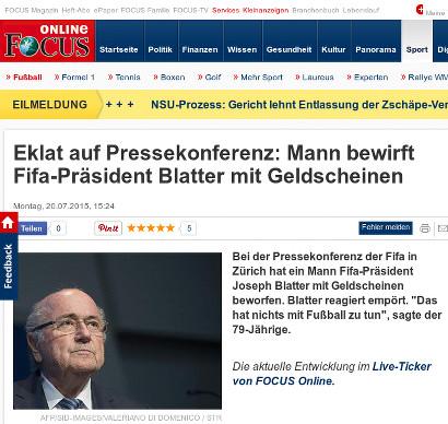 Focus Online -- Eklat auf Pressekonferenz: Mann bewirft Fifa-Präsident Blatter mit Geldscheinen -- Bei der Pressekonferenz der Fifa in Zürich hat ein Mann Fifa-Präsident Joseph Blatter mit Geldscheinen beworfen. Blatter reagiert empört. 'Das hat nichts mit Fußball zu tun', sagte der 79-Jährige.