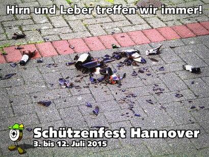 Foto von Bierflaschen, die auf einem Radweg aus reiner Lust an der Zerstörung zerdeppert wurden -- Hirn und Leber treffen wir immer! -- Schützenfest Hannover -- 3. bis 12. Juli 2015