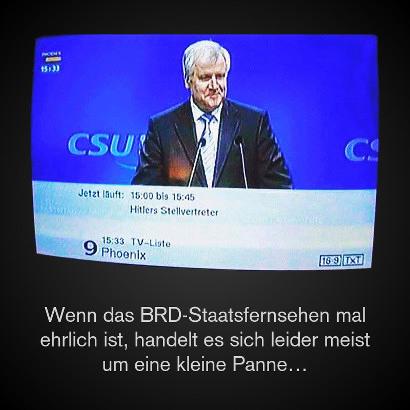 Foto vom Phoenix-Fernsehprogramm. Es läuft eine CSU-Veranstaltung, am Rednerpult steht Horst Seehofer. Dazu die Einblendung: 'Jetzt läuft: 15:00 bis 15:45 Hitlers Stellvertreter'.