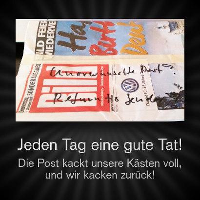 Foto der Gratis-Bildzeitung von heute, beschriftet mit dem Text: 'Unerwünschte Post, Return to Sender' -- dazu der Text 'Jeden Tag eine gute Tat! Die Post kackt unsere Kästen voll, und wir kacken zurück!'