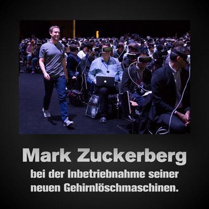 Skurilles Foto von vielen sitzenden Menschen, die eine VR-Brille tragen und einem lächelnden Mark Zuckerberg, der an ihnen vorbeigeht. Dazu der Text: Mark Zuckerberg bei der Inbetriebnahme seiner neuen Gehirnlöschmaschinen