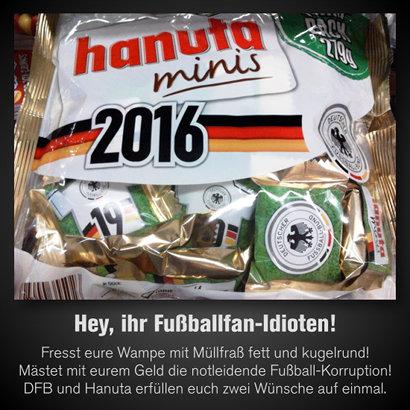 Verpackung 'hanuta minis' mit Logo des Deutschen Fußballbundes und dem mit schwarz-rot-goldenen Streifen hinterlegten Schriftzug '2016'. In dieser großen Verpackung kleine Einzelverpackungen von Hanuta-Waffeln, jede mit einem Logo des Deutschen Fußballbundes und einem Trikot der DFB-Auswahl mit Nummer vor einem Rasenmotiv. Dazu der Text: 'Hey, ihr Fußballfan-Idioten! Fresst eure Wampe mit Müllfraß fett und kugelrund! Mästet mit eurem Geld die notleidende Fußball-Korruption! DFB und Hanuta erfüllen euch zwei Wünsche auf einmal.