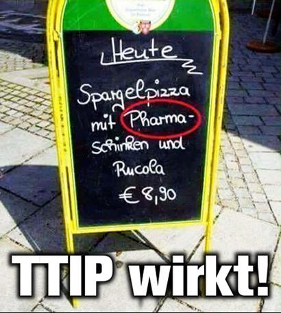 Aufsteller vor einem Restaurant: Heute: Spargelpizza mit Pharma-Schinken (sic!) und Rucola €8,90 -- Darunter der Text: TTIP wirkt!
