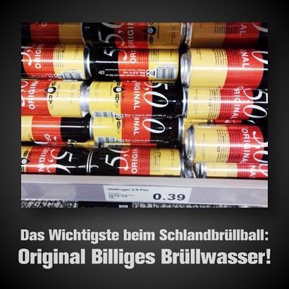 Schwarz-rot-goldene Bierdosen in einem Regal. Dazu der Text: 'Das Wichtigste beim Schlandbrüllball: Original billiges Brüllwasser'