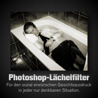 Bild des toten Uwe Barschel in seiner Badewanne. Auf das Gesicht ist (schnell und schlecht) ein Lächeln gemacht worden. Dazu der Text: Photoshop-Lächelfilter -- Für den sozial erwünschten Gesichtsausdruck in jeder nur denkbaren Situation