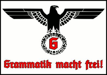 Bild eines NSDAP-Parteiadlers (das es sich nicht um den Reichsadler handelt, zeigt die Blickrichtung des Adlerkopfes), die Swastika ist gegen ein 'G' in Fraktur ausgetauscht. Darunter in einer typischen grotesken 30er-Jahre-Fraktur der Satz 'Grammatik macht frei!'.