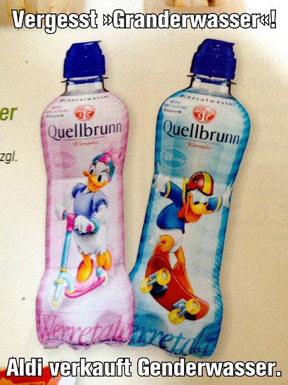 Bild aus einem Aldi-Prospekt. Dargestellt werden zwei Mineralwasserflaschen 'Quellbrunn'. Es gibt das gleiche Wasser für Jungen und Mädchen in unterschiedlichen Flaschen. Die Mädchenflasche ist pinkfarben und zeigt ein Bild von Daisy Duck mit einem Roller, die Jungenflasche ist blau und zeigt ein Bild von Donald Duck mit einem Sturzhelm und einem Skateboard. Dazu mein Text: 'Vergesst Granderwasser! Aldi verkauft Genderwasser'.