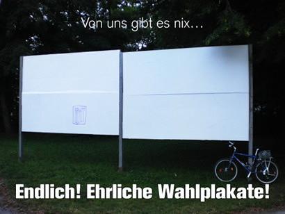 Plakataufsteller (noch) ohne Plakate, der zur Kommunalwahl in Hannover aufgestellt wurde. Dazu mein Text: 'Von uns gibt es nix... Endlich! Ehrliche Wahlplakate!'.