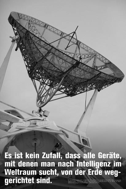Foto eines Radiotelekopes. Darunter der Text: 'Es ist kein Zufall, dass alle Geräte, mit denen man nach Intelligenz im Weltraum sucht, von der Erde weggerichtet sind.'.