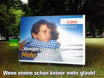 CDU-Wahlplakat im laufenden niedersächsischen Kommunalwahlkampf. Abgebildet ist eine Umarmung vor dem Meer bei Sonnenschein. Der Text auf dem Wahlplakat dazu: 'CDU -- Mehr Heimat! -- Weniger versprechen. Mehr halten!'. Mein Text darunter: 'Wenn einem schon keiner mehr glaubt...'.