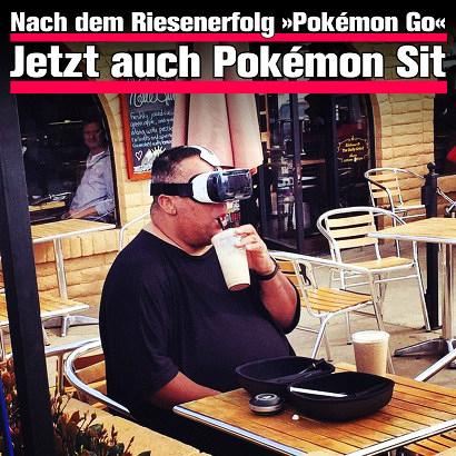 Foto eines deutlich übergewichtigen Mannes, der mit einer Virtual-Reality-Brille vor den Augen im Straßenbewirtschaftungsbereich eines Restaurants vor leerem Teller sitzt und einen 'Softdrink' mit dem Strohhalm trinkt. Dazu der Text: 'Nach dem Riesenerfolg Pokémon Go: Jetzt auch Pokémon Sit'.