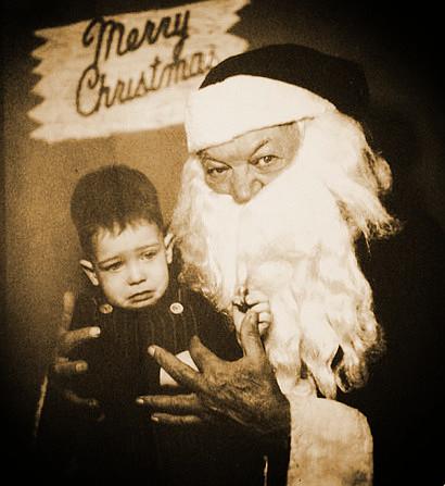 Foto eines sichtbar verängstigten Kindes mit einem im Kontext gruselig wirkenden Weihnachtsmann