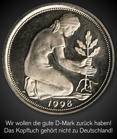 Abbildung der Rückseite eines 50-Pfennig-Stückes aus dem Jahr 1998. Das Motiv ist eine Landarbeiterin mit Kopftuch, die einen Eichensetzling pflanzt. Dazu der Text: 'Wir wollen die gute D-Mark zurück haben! Das Kopftuch gehört nicht zu Deutschland!