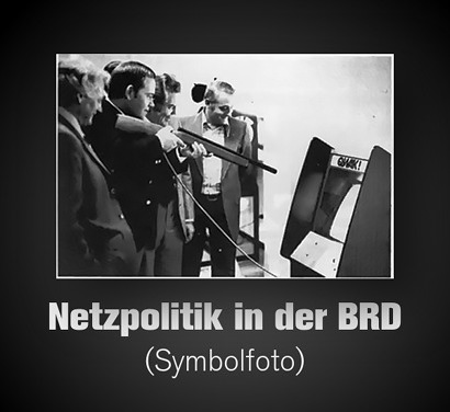 Foto eines Mannes, der in einer Spielhalle mit einem Lichtgewehr auf einen Bildschirm schießt. Dazu der Text: 'Netzpolitik in der BRD (Symbolfoto)'.