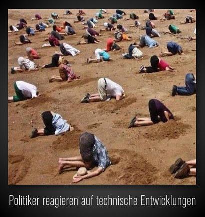 Foto einer Menschenmenge, jeder steckt den Kopf in den Sand. Darunter der Text: Politiker reagieren auf technische Entwicklungen