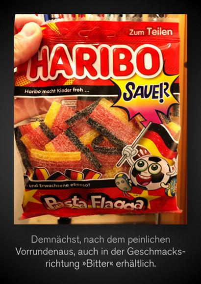 Foto einer Tüte 'Haribo Pasta Flagga, Sauer, mit einem flaggenschwenkenden, glubschäugelnden Fußball als Motiv. Es handelt sich um Zuckerstreifen mit saurem Geschmack. Dazu mein Text: Demnächst, nach dem peinlichen Vorrundenaus, auch in der Geschmacksrichtung 'Bitter' erhältlich.