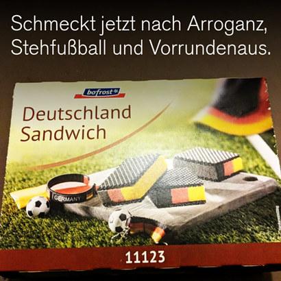 Foto einer Packung mit schwarz-rot-gelbem Eis, dazu der Text: Schmeckt jetzt nach Arroganz, Stehfußball und Vorrundenaus.