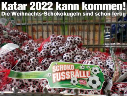 Foto von Schokoladenkugeln in roten Netzen, wie man sie sonst bunt zu Weihnachten sieht. Diese Kugeln haben aber ein schwarz-weißes Fußballmuster und werden als Schoko 'Fussbälle' (mit Deppen Leer Zeichen und Falschschreibung des Wortes 'Fußball') angeboten. Dazu mein Text: 'Katar 2022 kann kommen! Die Weihnachts-Schokokugeln sind schon fertig