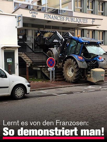 Unbeschreibliches Bild eines Baufahrzeuges, das die Treppen zu einer Bankfiliale hochgefahren wurde und dort den Eingang blockiert. Dazu der Text: Lernt es von den Franzosen: So demonstriert man!