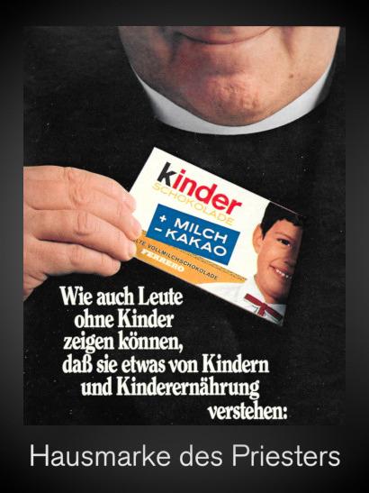 Eine Werbung für Ferrero Kinder Schokolade aus dem Jahr 1969. Großes Foto eines lächelnden Priesters, der eine Tafel Kinderschokolade aus der Tasche zieht, dazu der Text: Wie auch Leute ohne Kinder zeigen können, daß sie etwas von Kindern und Kinderernährung verstehen. Dazu mein Text: Hausmarke des Priesters