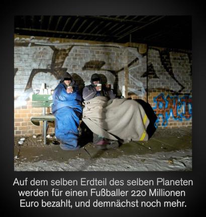 Foto zweier  Obdachloser unter einer Brücke. Darunter der Text: Auf dem selben Erdteil des selben Planeten werden für einen Fußballer 220 Millionen Euro bezahlt, und demnächst noch mehr.