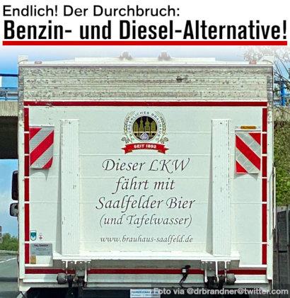 LKW auf der Autobahn, mit Reklame: Dieser LKW fährt mit Saalfelder Bier (und Tafelwasser) --- www.brauhaus-saalfeld.de -- Dazu mein Text: Endlich! Der Durchbruch: Benzin- und Diesel-Alternative!