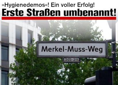 Foto eines überklebten Straßenschildes (vermutlich in Berlin): Merkel-Muss-Weg -- Dazu mein Text: Hygienedemos! Ein voller Erfolg! Erste Straßen umbenannt!