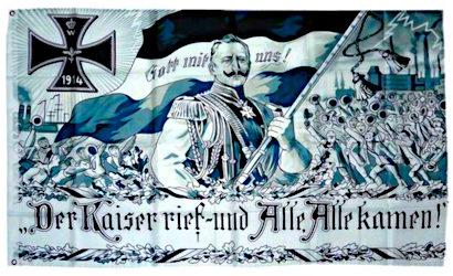 Propagandatransparent aus der Zeit des ersten Weltkrieges: Bild des Deutschen Kaisers mit der Reichsflagge, der von Menschenmassen gefolgt wird. Darunter der Text: Der Kaiser rief, und alle, alle kamen. -- Ist schon dumm, wenn man einem Tuch hinterherläuft...