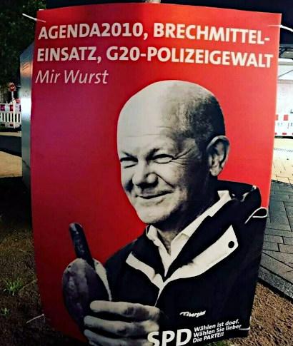 Im Stile eines SPD-Wahlplakates aus dem gegenwärtigen Bundestagswahlkampf: Olaf Scholz isst eine Bratwurst im Brötchen. Darüber der Text: Agenda 2010, Brechmittel-Einsatz, G20-Polizeigewalt... Mir wurst. SPD wählen ist doof. Wählen sie lieber Die PARTEI!